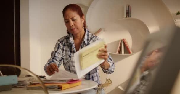 Žena hledá chybějící dokument platit účty a daně