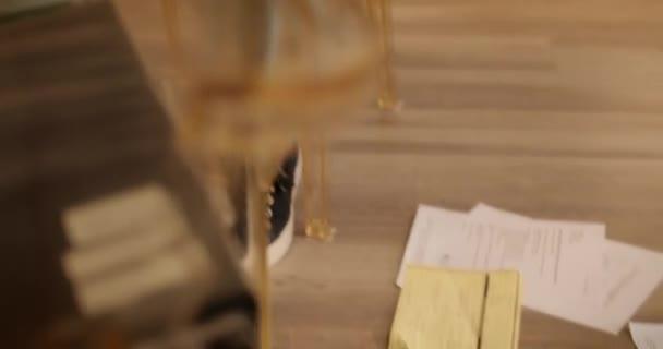 Lady hledá ztracené formuláře platit Bill a daň