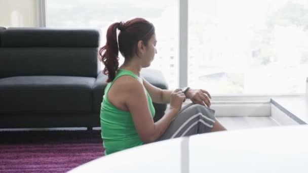 Latina žena dělá Sport a cvičení v domácí posilovně