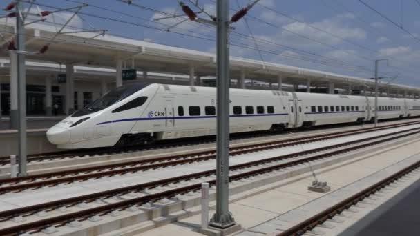 Tianshui, Čína - červenec 2017 - Bullet vlak v Tianshui zbrusu nové železniční stanice, Čína, Asie. Moderní čínská doprava, rychlé cestování
