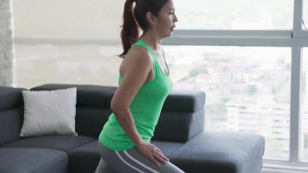 Fitness a pohody s postarší žena, školení, cvičení doma