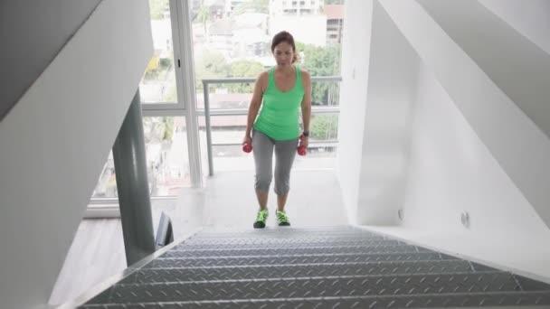 Sport a Fitness pro stará žena cvičit doma