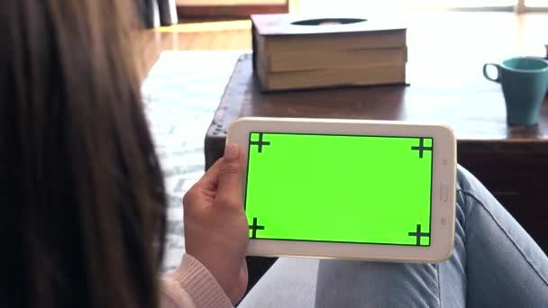 Japonské teen sedí na pohovce, ženský teenager doma. Asijská dívka jako college student pomocí iPadu, mladá žena s digitálním tabletu. PC monitor a počítač zelená obrazovka pro internet a sociální média