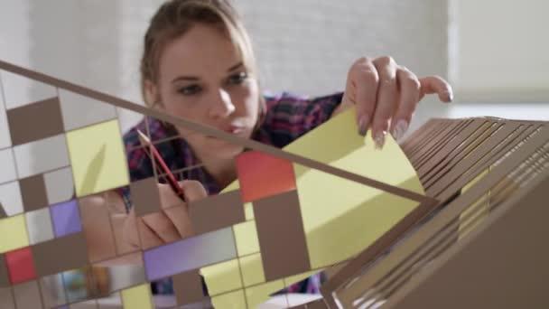 Žena pracuje jako architekt stavební pouzdro modelu maketa
