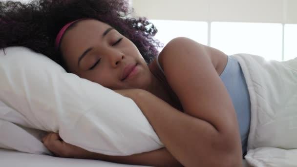 Portrét krásné šťastné černá dívka probuzení zpomalené