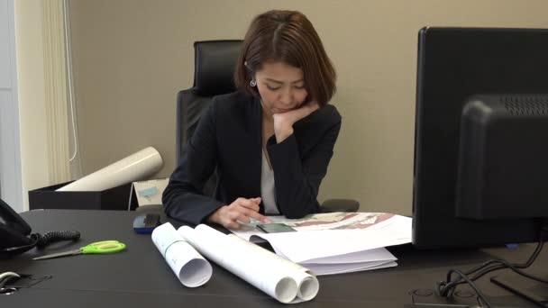 Les asiatiques détente pendant pause bureau ennuyer entreprise