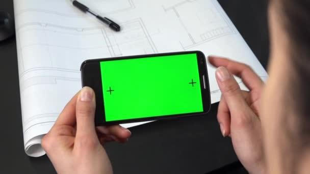 Zelená obrazovka na mobilním telefonu pro internetové stránky a sociální média. Obchodní žena pomocí smartphone pro e-mail. Web na mobilní telefon monitoru v sadě office