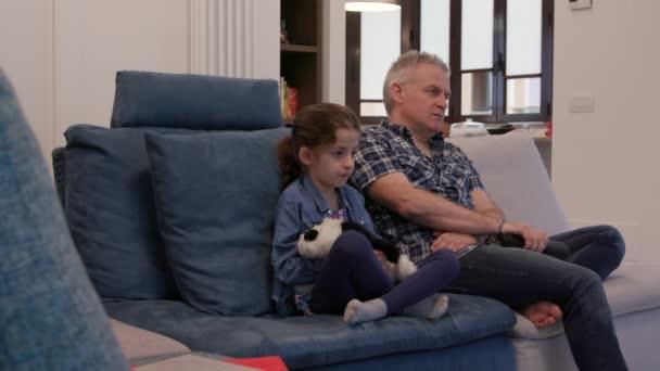 Film doma s rozvedeným tátou a dcerou. Nešťastná rodina s mužem a ženou, kteří se dívají na televizi a sedí doma na gauči, chrápou při sledování nudné show nebo filmu v televizi