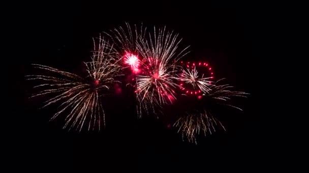 Vereinzeltes Feuerwerk auf tiefschwarzem Hintergrund