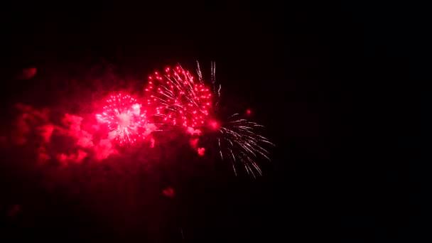4K abstraktní ohňostroj izolované na hlubokém černém pozadí noci
