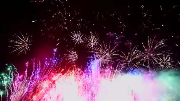 Abstraktní ohňostroj show na noční obloze, izolované na černém pozadí