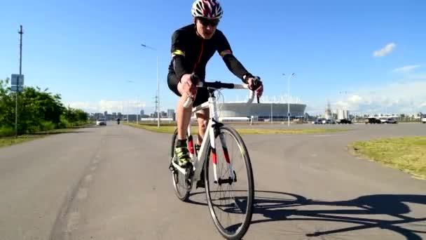 Man on bike road bike, Pedaling Road Bicikli, sport koncepció