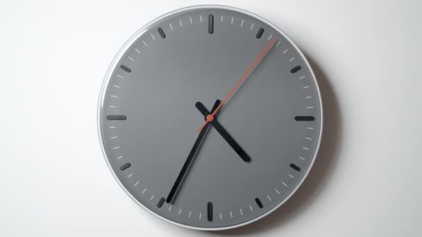Hodiny tvář v čase od 4 do 7 hodin na bílé zdi