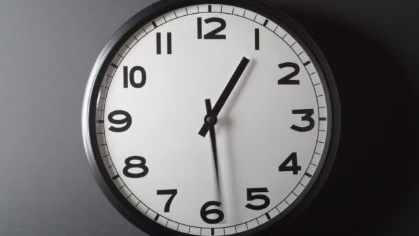 Hodiny Tvář Full Circle 12 hodin na tmavě šedém pozadí