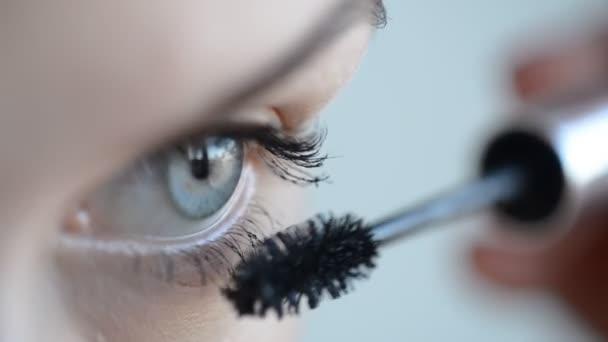 Oko v makro záběry mladé ženy použití řasenky