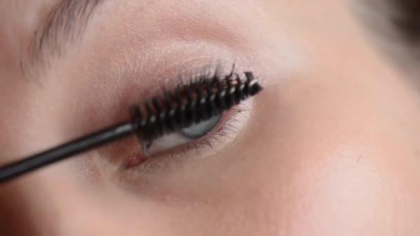 Oko v makro záběry mladé ženy, použití řasenky na řasy