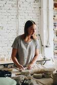 Žena ve studiu keramiky