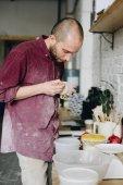 Muž ve studiu keramiky