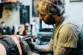 Fotografia Facendo un tatuaggio