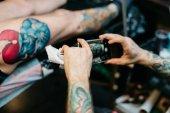 Facendo un tatuaggio