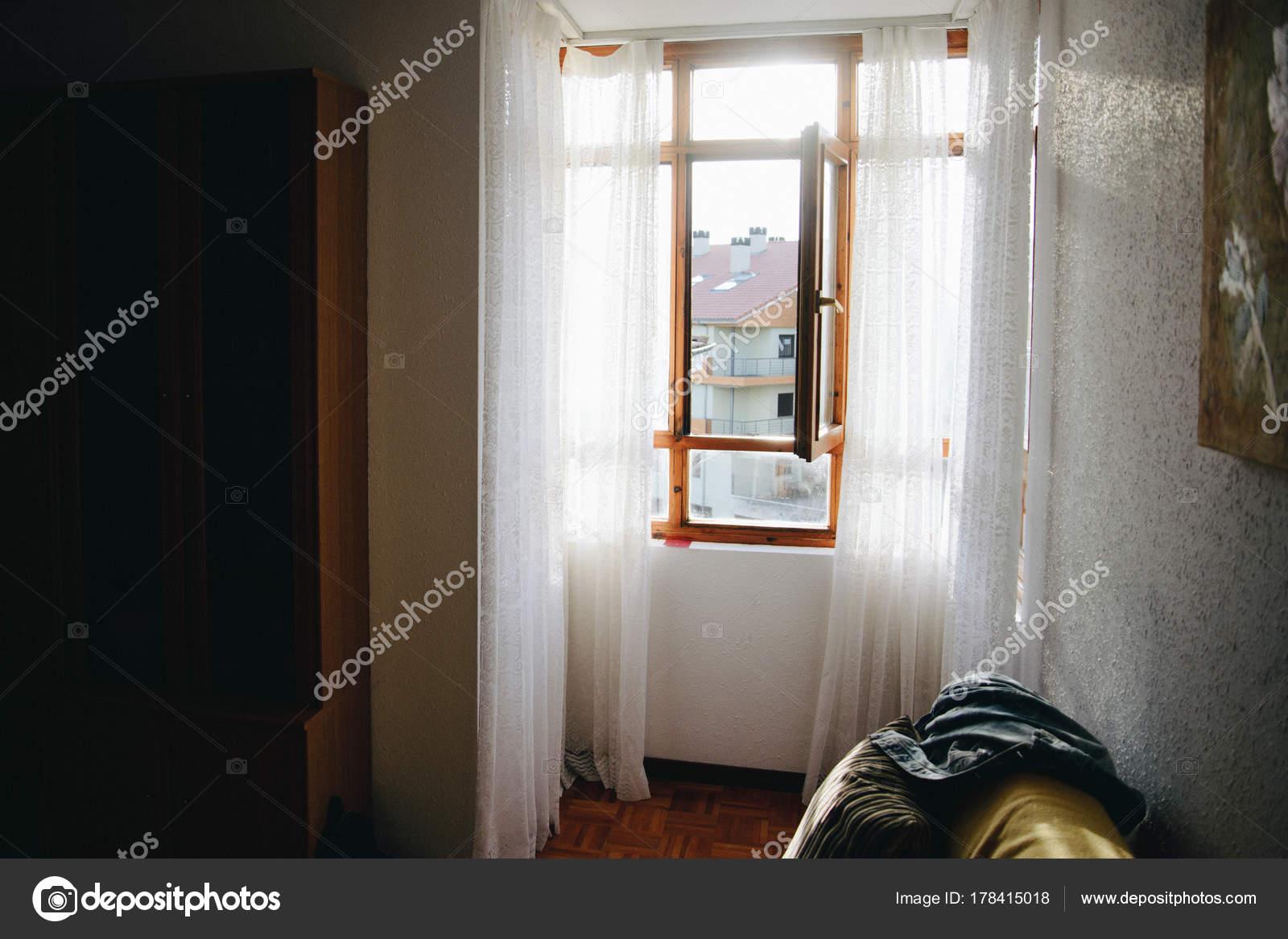 Holz Fenster mit weißen Gardinen — Stockfoto © malyuginphoto #178415018