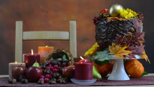 Őszi Hálaadás beállítása az őszi téma csokoládé torta