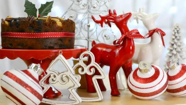 festliche Weihnachtstafel mit Obstkuchen und Rentierschmuck
