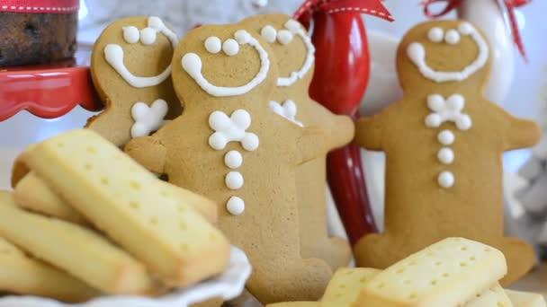 Ünnepi karácsonyi étel asztal férfiak Mézeskalács és sütemény.