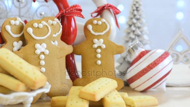 Festliche Weihnachtstafel mit Lebkuchenmänner und Kuchen essen