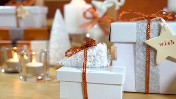 Slavnostní vánoční dárky a dárkové balení v mědi a bílé téma