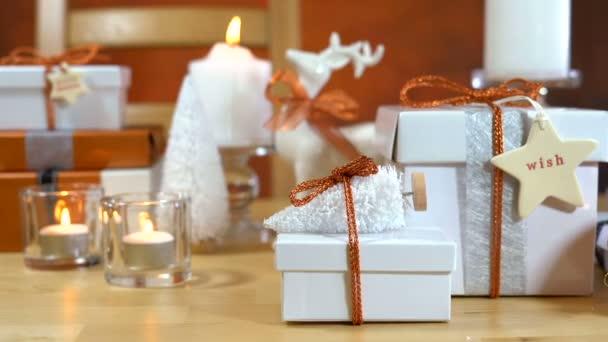 Festliche Weihnachts-Geschenke und Geschenkpapier in Kupfer und weißen Design