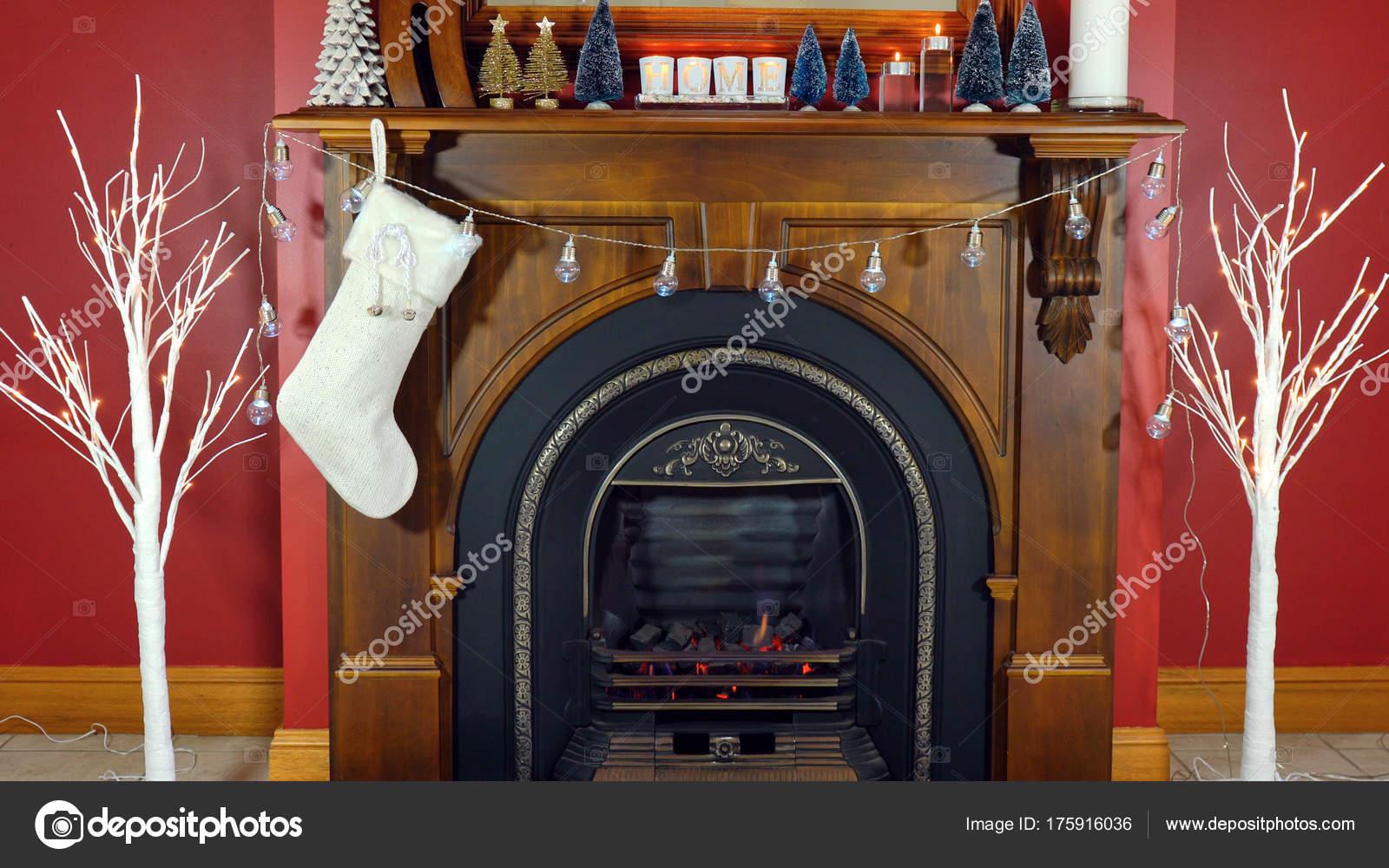 Gemütliche Weihnachten Urlaub Dekoriert Kaminsims Und Feuer Legen In Roten  Und Weißen Design U2014 Foto Von ...