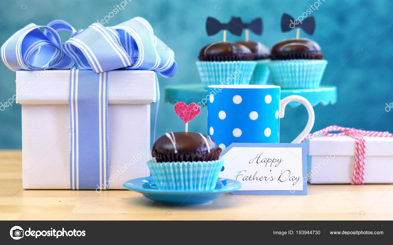 Vatertag in der Nähe von Geschenken, Muffins und Kaffee am Tisch ...