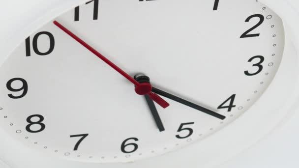 A falióra arca az idő kezdetén 05: 22-kor vagy délután. fehér háttér, Time koncepció.