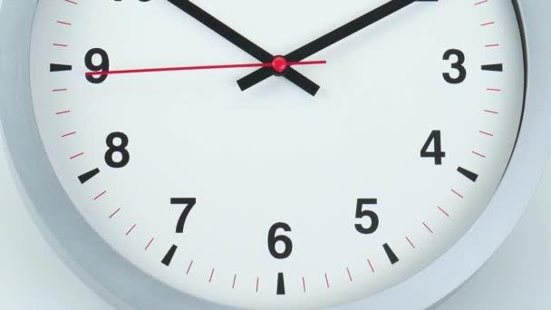 Zárja be a kamerát alulról a tetejére, szürke falióra arc az idő kezdete 10.10: 00 vagy pm. fehér háttér, Time koncepció.