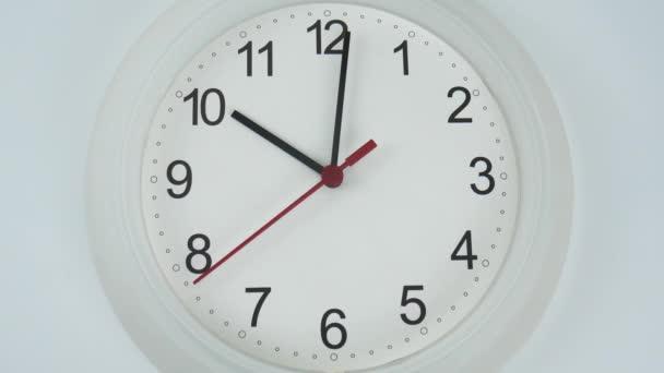 Zavřít Bílé nástěnné hodiny na začátku času 10.01 dopoledne nebo odpoledne. na bílém pozadí, koncept času.