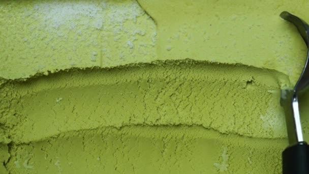 Scooping Fagylalt ízesített Zöld tea ki a tartályból kanállal, Közelkép Top view Élelmiszer koncepció.