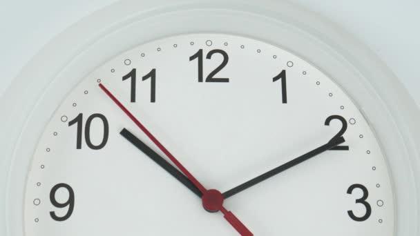 Zárja be a fehér falióra arcát az idő kezdete 10.11: 00 vagy pm. fehér háttér, Time koncepció.