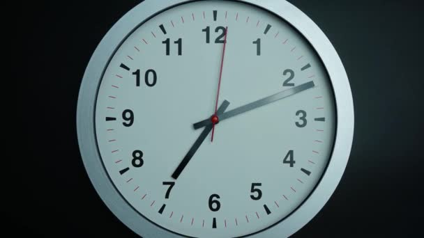 Detailní oddálit, Šedé nástěnné hodiny ukazuje čas 7 hodin na černém pozadí, Časová prodleva 60 minut rychle se pohybuje, Časová koncepce.