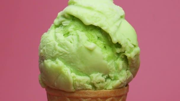 Közelkép Közelíts rá, Jégkrém kúp citrom ízű rózsaszín háttér, Elölnézet Élelmiszer koncepció.
