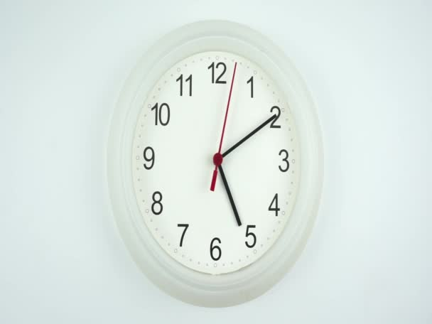 Bílé nástěnné hodiny izolované na bílém pozadí, tvář začátku času 05.10 dopoledne nebo odpoledne, Hodiny minuta chůze pomalu, Časová koncepce.