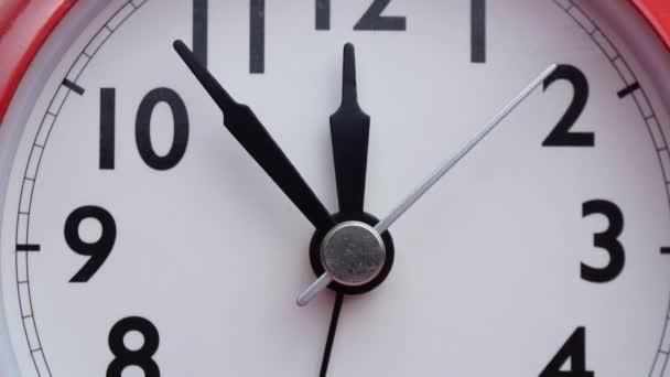Bezárás Vörös Ébresztőóra 12 óránál, az idő gyorsan telik, az idő koncepciója.