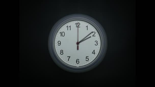 Bílé nástěnné hodiny 2 hodiny na černém pozadí, Čas vypršel 45 minut rychle, Čas koncept.