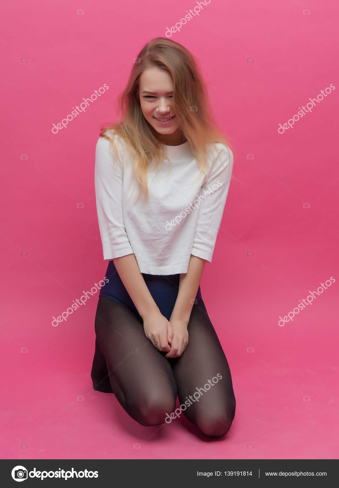 1b21bc0f4b997 Mädchen in schwarzen Strumpfhosen tanzen auf einem rosa Hintergrund ...