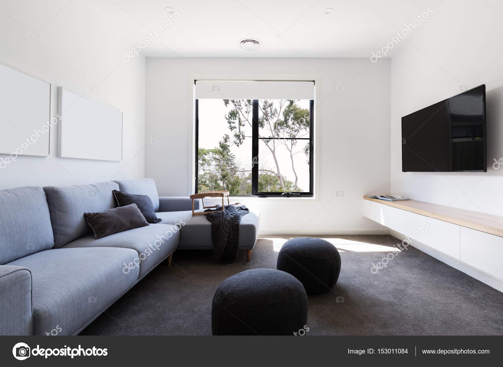 Moderne TV-Wohnzimmer — Stockfoto © jodiejohnson #153011084