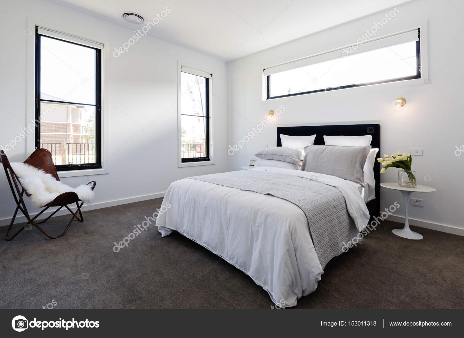 Slaapkamer En Suite : Hedendaagse slaapkamer suite u2014 stockfoto © jodiejohnson #153011318