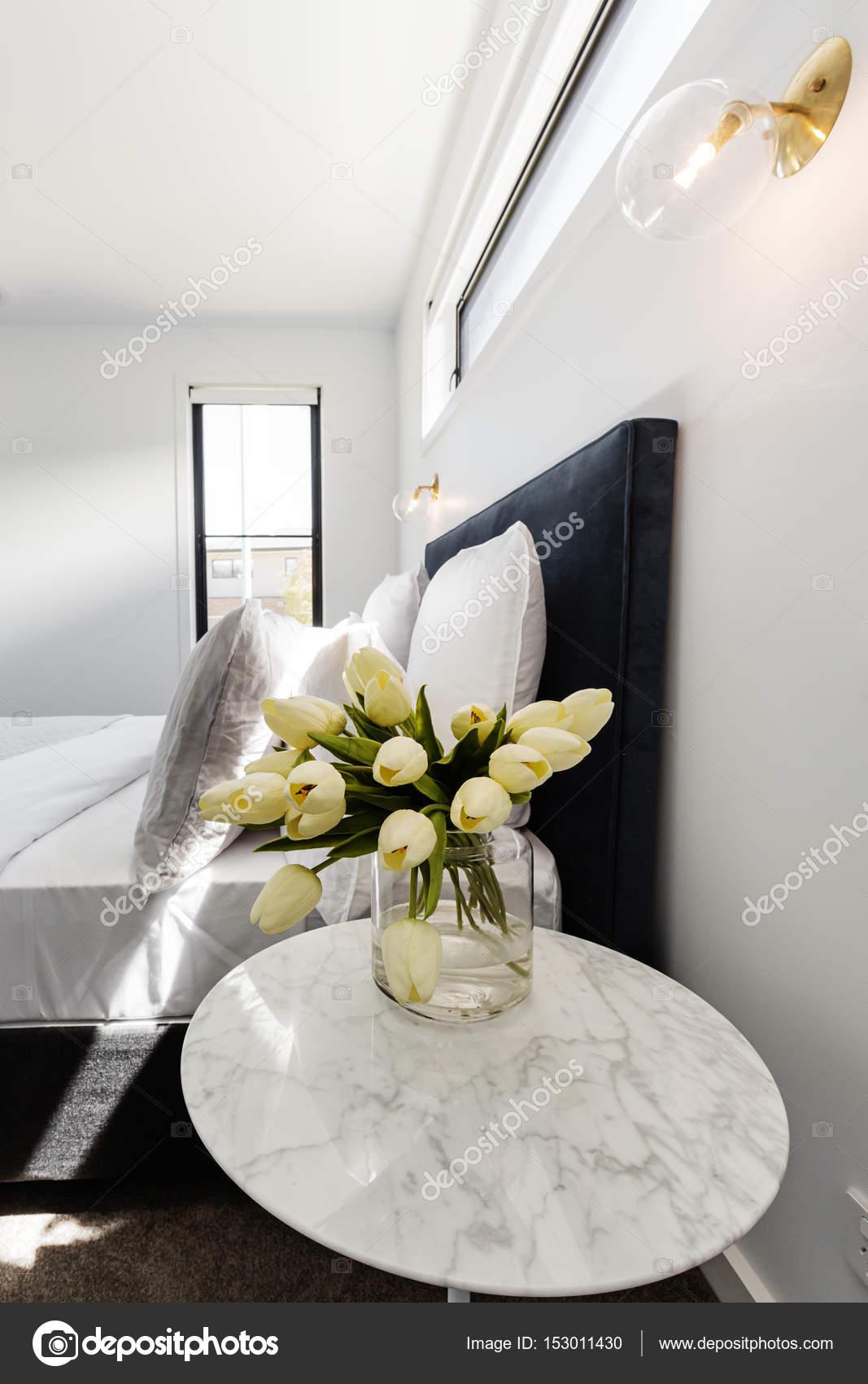 tulipes jaunes sur une table de chevet photographie. Black Bedroom Furniture Sets. Home Design Ideas