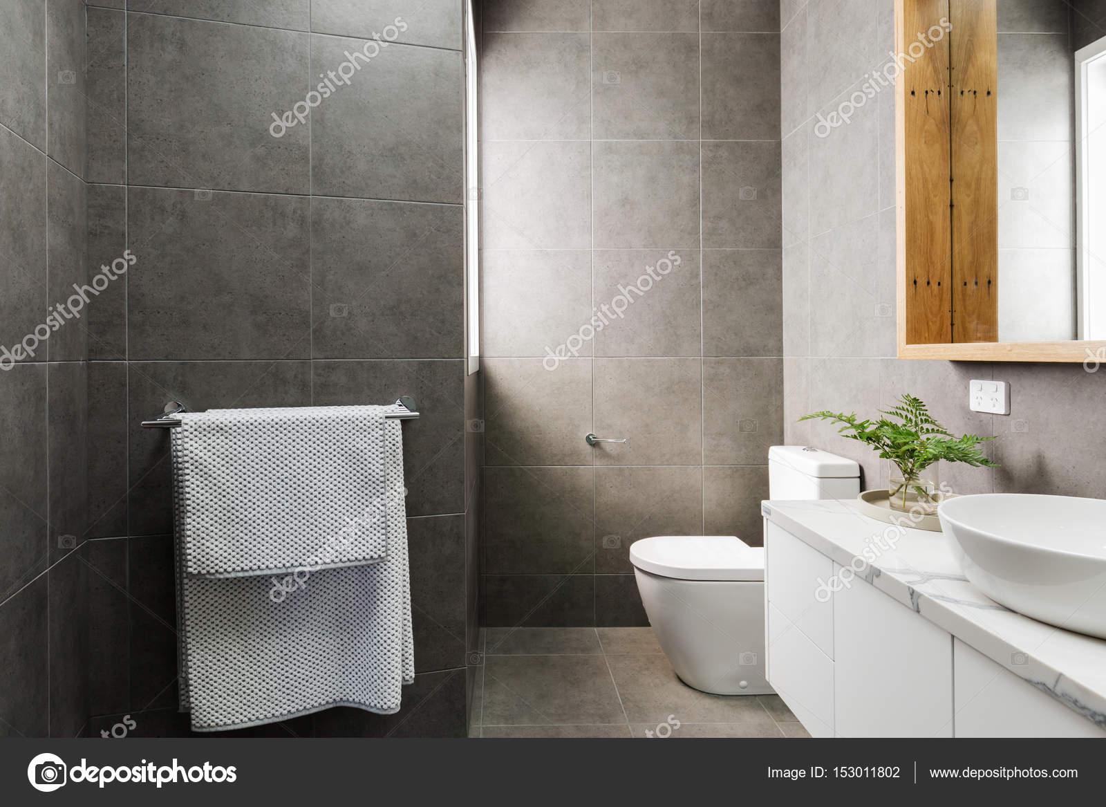 Houtskool grijs badkamer met marmeren benctop — Stockfoto ...