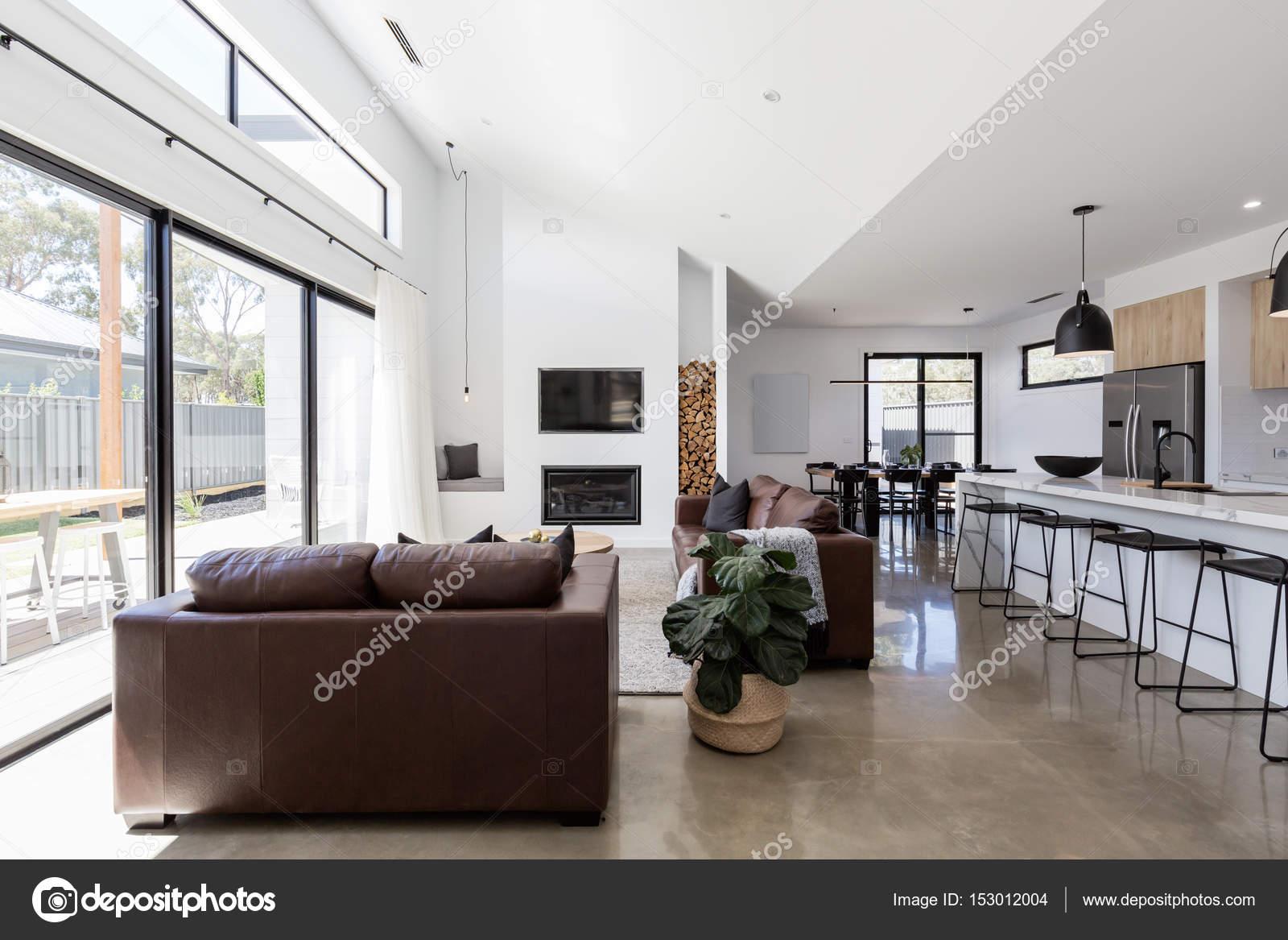Open space soggiorno e sala da pranzo — Foto Stock © jodiejohnson ...