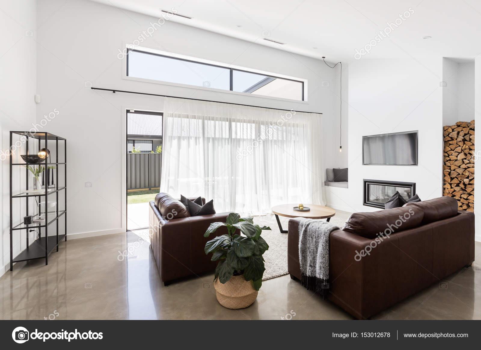 woonkamer met glazen schuifdeuren — Stockfoto © jodiejohnson #153012678